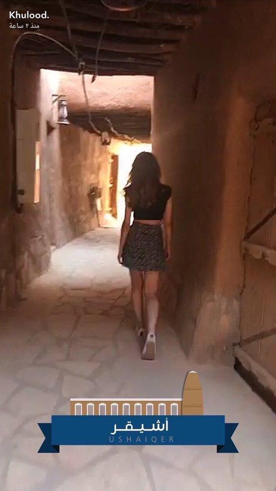 사우디 북부 보수적인 유적지에서 온몸을 가리는 아바야를 벗고 미니스커트 차림으로 걷고 있는 여성 모델의 모습. [트위터]