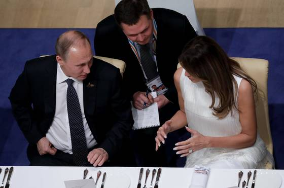 지난 7일 도널드 트럼프 미국 대통령과 블라디미르 푸틴 러시아 대통령이 비공식 대화를 나눈 G20정상회의 부부 동반 정상 만찬. 당시 푸틴 대통령(왼쪽)과 트럼프 대통령의 부인 멜라니아 트럼프는 나란히 앉았다. [AFP=연합뉴스]