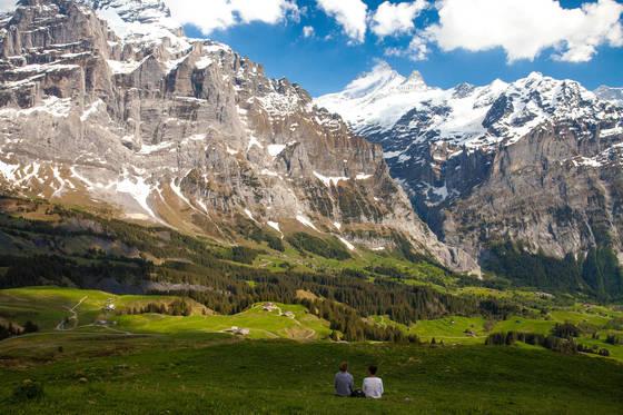스위스 여행 중 만난 절경. 기차를 타고 산악지역을 가면 터널로 통과해 풍광을 충분히 감상하기 어렵지만 자동차를 몰면 사진 같은 풍광을 계속 감상하며 갈 수 있다.