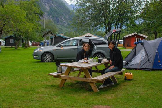 자동차로 유럽을 여행하면 기차나 버스로 여행할 때보다 대자연을 만끽하기 좋다. 노르웨이 온달스네스의 한 캠핑장에서아내 이미경씨와 함께식사를 즐기는 모습. 하룻밤 4만원이면 깔끔한 캠핑장에 묵으며 식사까지 해결하면 북유럽의 살인 물가도 두렵지 않다.