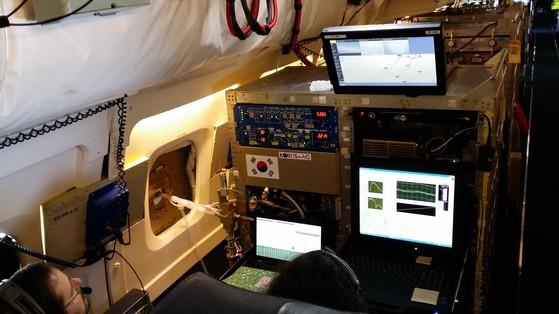 한미 공동조사에 참여한 미국 항공우주국(NASA) 항공기 내부에 설치된 실험 장비들. [사진 국립환경과학원]