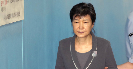 박근혜 전 대통령이 17 오전 재판에 출석하기 위해 서울 서초구 중앙지법에 도착해 법정으로 향하고 있다. [연합뉴스]