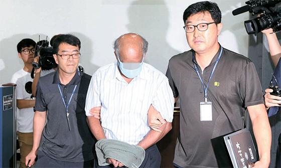 19년 전 대구에서 발생한 여대생 사망 사건의 범인으로 지목된 스리랑카인 K가 2015년 8월 항소심 선고 공판에 출석하고 있다. K는 1, 2심에 이어 대법원에서도 무죄를 선고받았다. [연합뉴스]