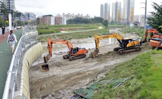지난 17일 충북 청주시 흥덕구 복대동 일원에서 중장비가 동원돼 복구작업이 이뤄지고 있다. 프리랜서 김성태