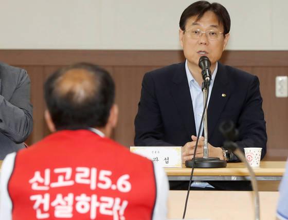 지난 18일 오후 울산시 울주군 서생면사무소에서 이관섭 한국수력원자력사장이 주민들과 대화를 나누고 있다. [연합뉴스]