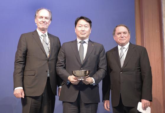 최태원 SK 회장(가운데)이 18일 서울 소공동 롯데호텔에서 열린 코리아소사이어티(The Korea Society) 60주년 기념 행사에서 '밴 플리트 상(Van Fleet award)'을 수상한 뒤 토마스 허버드(Thomas C. Hubbard) 코리아소사이어티 이사장(오른쪽)과 토마스 번(Thomas j. Byrne) 코리아소사이어티 회장과 함께 포즈를 취하고 있다. [사진 SK]
