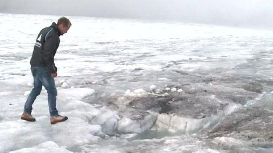 75년 전 실종된 부부의 시신이 발견된 빙하를 리조트 지배인이 바라보고 있다. [스위스 로망드 TV]