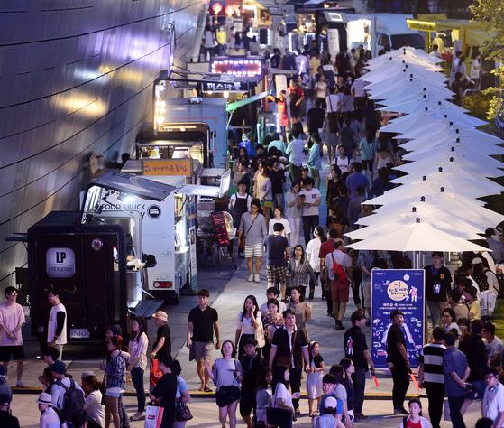 시민들이 푸드트럭의 스테이이크, 핫도그 등 다양한 음식을 즐기고 있다. [중앙포토]