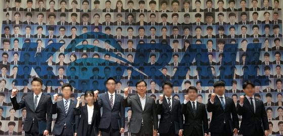 홍순만 코레일 사장(가운데)이 26일 대전 사옥에서 열린 2017년 코레일 상반기 신입사원 임명장 수여식에서 참석자들과 파이팅을 외치고 있다. [사진 코레일 제공]