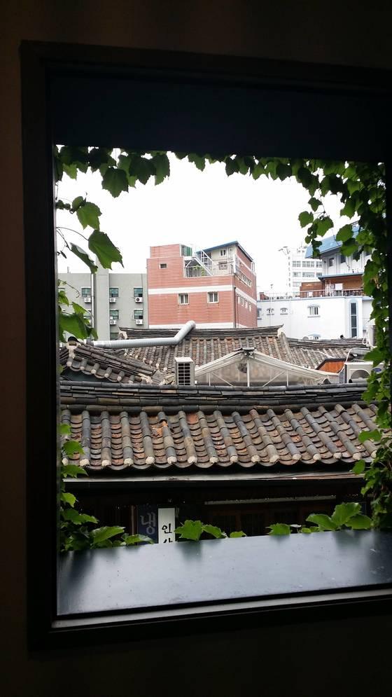 인사동 쌈지길에서 바라본 모습.서울은 과거와 현재가 공존한다. [사진 손웅익]