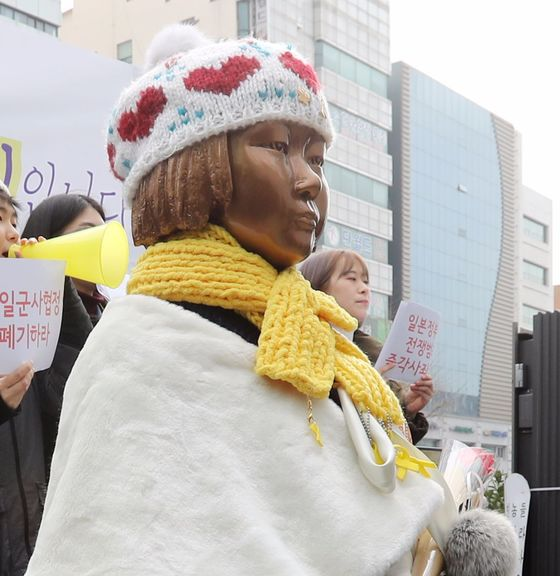 부산 동구 일본총영사관 앞에 세워진 평화의 소녀상 모습. [사진 중앙포토]