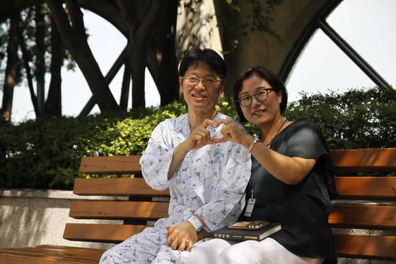 신장 이식 수술을 앞둔 김영철씨와 아내 서유연씨가 19일 손으로 하트를 만들고 있다. [사진 사랑의장기기증운동본부]