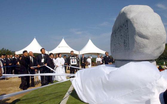 정몽헌 전 현대그룹 회장이 사망한 직후인 2003년 8월 유가족과 임직원들이 금강산 온정각 인근에 추모비를 마련하고 제막식을 하고 있다. [중앙포토]