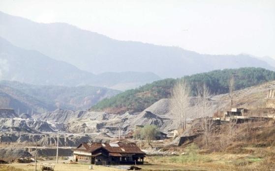 1970년대 구봉광산 모습. 금 17t 정도가 남아 있는것으로 추정되는 구봉광산이 민간업체에 의해 다시 개발될 전망이다. [사진 한국학중앙연구원]