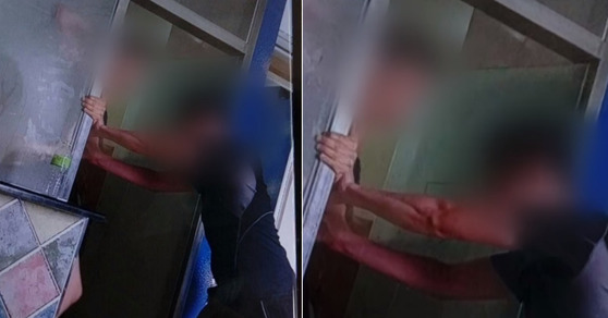 찬물을 맞은 A군이 샤워실에서 나오지 못하도록 막고 있는 가해 학생. [사진 YTN 캡처]