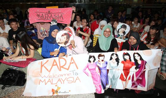 지난 2013년 1월 말레이시아 쿠알라룸프에서 열린 한류 공연을 앞두고 현지 팬들이 가수들을 기다리고 있다. [중앙포토]