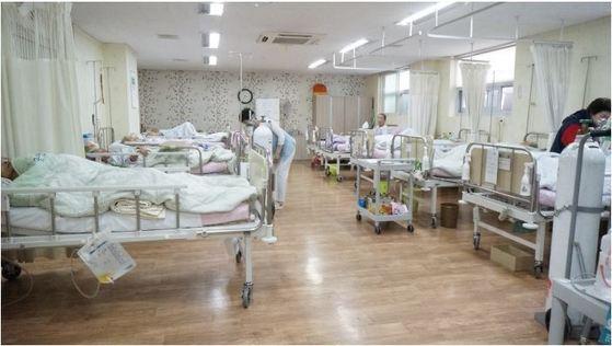 한 요양병원 다인실의 모습. 현재 4인실 이상은 건강보험이 적용돼 병실 입원료가 저렴하지만 감염 위험이 상대적으로 크고 환자 사생활이 보호받기 어렵다는 단점이 있다. [중앙포토]