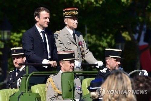 프랑스 혁명기념일 군사퍼레이드에 나란히 참석한 마크롱 대통령과 빌리에 합참의장 [AFP=연합뉴스]
