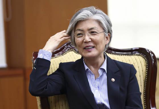 강경화 외교부장관이 17일 서울 종로구 도렴동 외교부 청사에서 중앙일보와 인터뷰를 하면서 은발의 머리를 만지고 있다. 임현동 기자