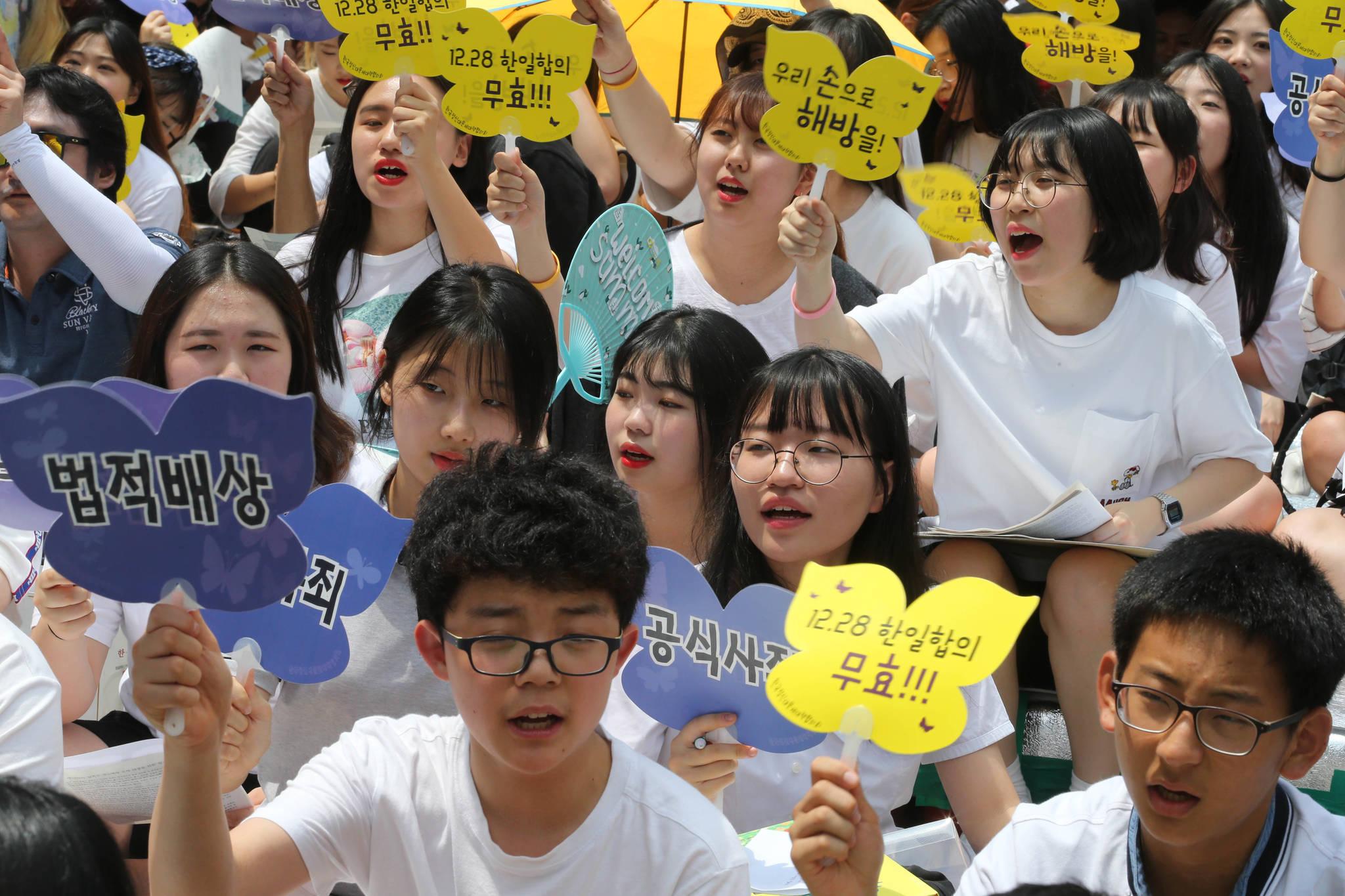 한국정신대문제대책협의가 주최한 1292차 수요집회가 서울 종로구 주한 일본대사관 앞에서 열렸다. 행사에 참가한 학생들이 구호를 외치고 있다. 신인섭 기자
