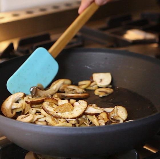 버터에 버섯을 볶을때는 버터가 타지 않도록 주의한다.