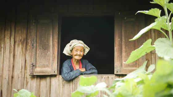 전통복장을 입은 판캄마을 할머니.