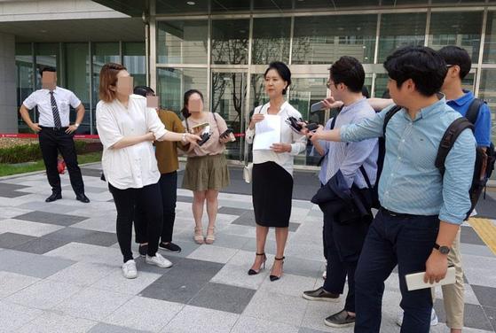 아파트 난방비 비리를 폭로하며 페이스북에 허위사실을 올린 등의 혐의로 재판에 넘겨진 배우 김부선(56)씨가 20일 서울동부지법 앞에서 기자들과 만나 이야기하고 있다. [연합뉴스]