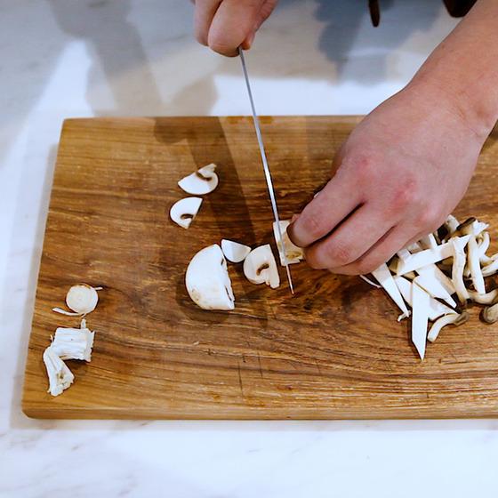 평소 선호하는 다양한 버섯을 자유롭게 활용한다.