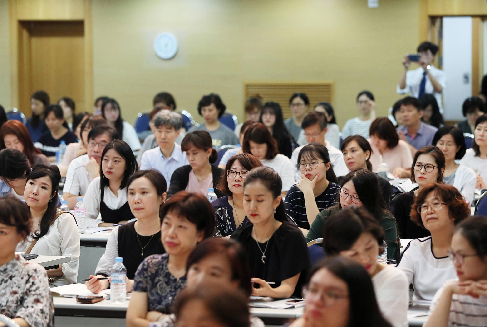 15일 오후 서울 용산구 숙명여대에서 열린 2018년도 수시모집 입학설명회에서 참가자들이학교 소개를듣고 있다. 문재인 정부는 국정과제로 복잡한 대입전형을 단순화하겠다고 밝혔다. [연합뉴스]