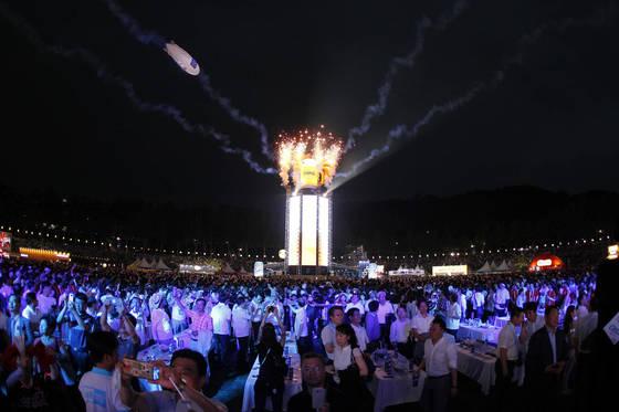 '2017 대구치맥페스티벌'이 19일 오후 '가자~ 치맥의 성지 대구로'라는 주제로 대구 두류야구장에서 개막했다. 참석한 시민들이 개막을 축하하고 있다. 프리랜서 공정식
