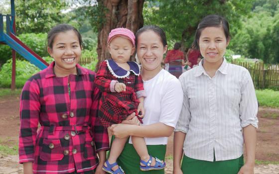 얼굴에 천연 선크림 타나카를 바른 여인들.