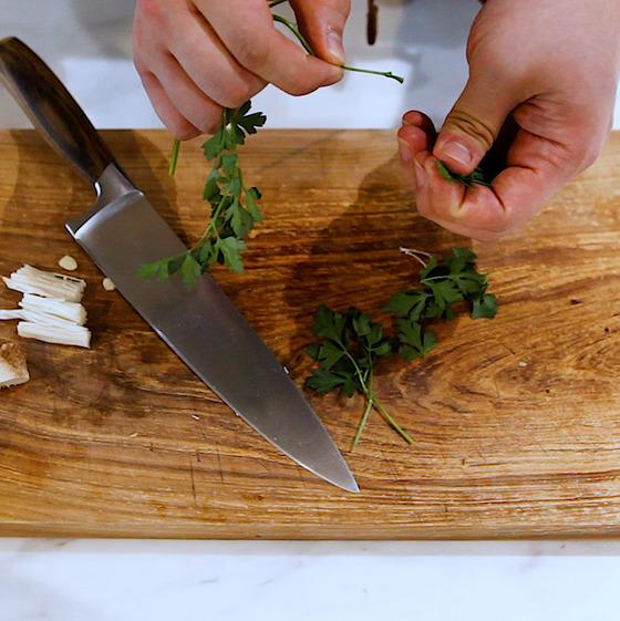 파슬리는 잎이 넓적하고 향이 좋은 이탈리안 파슬리를 사용한다.