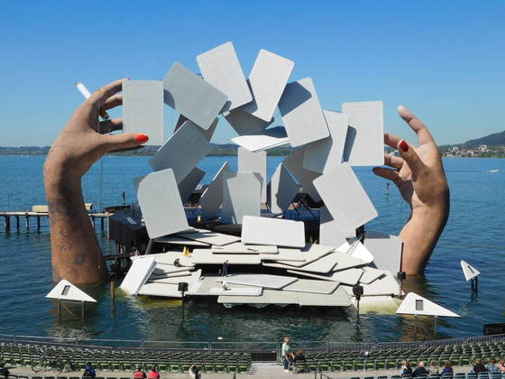 올해 브레겐츠 축제의 작품 '카르멘'. 카드 놀이하는 거대한 손과 담배가 오페라의 무대가 됐다. [사진 브레겐츠 축제/Andrea Breitler]