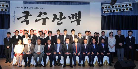 지난해 국수산맥 국제바둑대회 관계자와 선수단 [사진 한국기원]