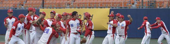 23일부터 2주 동안 서울 목동야구장에서 제51회 대통령배 전국고교야구대회가 열린다. 2008년 베이징올림픽을 보며 야구에 입문한 '베이징 키즈'들의 실력을 볼 수 있는 기회다. 사진은 지난해 인천 동산고 선수들이 우승한 뒤 기뻐하는 모습. [중앙포토]