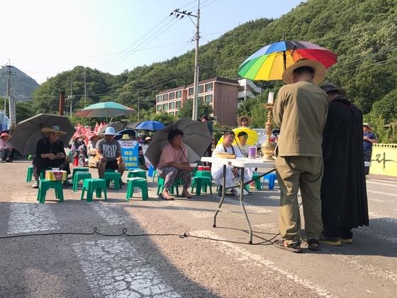 사드 배치에 반대하는 경북 성주군 소성리 주민들이 지난달 군 관련차량의 출입을 막고 있다. 백경서 기자