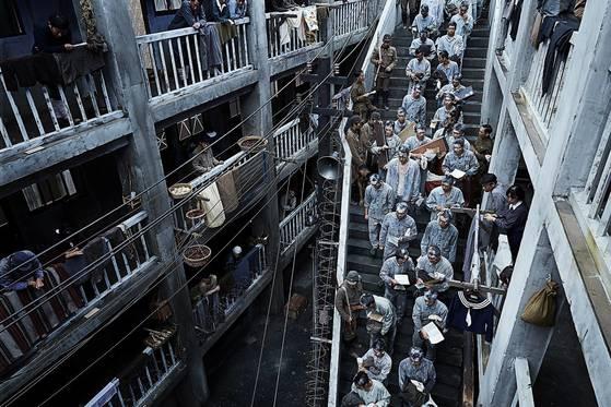 세트는 춘천에 6만6000㎥ 규모로 제작했다. 강제징용된 조선인들이 군함도에 들어서는 '지옥 계단'.[사진 CJ엔터테인먼트]
