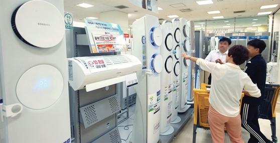 폭염이 지속되면서 에어컨 판매도 사상 최고치를 기록하고 있다. 서울 이마트 목동점을 찾은 시민들이 에어컨을 고르고 있다.