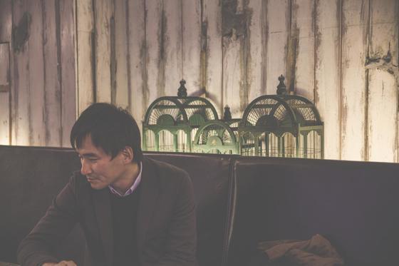 소설가 김연수. 영국 작가 줄리언 반스의『시대의 소음』을 최근 재미있게 읽었다고 했다. [사진 이천희]