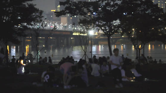 열대야 불금을 맞은 21일 밤 시민들이 여의도 한강시민공원에서 더위를 피하고 있다. [연합뉴스]