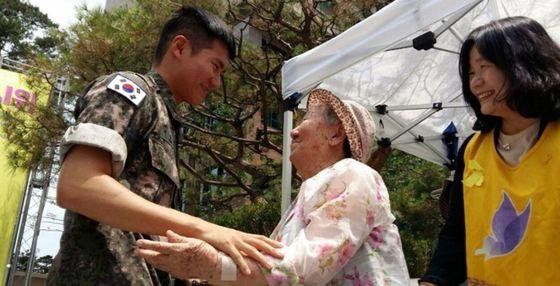 지난 19일 제대한 박규태씨는 군 생활 중 받은 월급을 모아 만든 100만원을 위안부 할머니들을 위한 재단에 기부했다. [사진 정의기억재단]