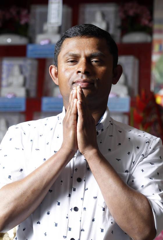 니말이 대구 스리랑카사원에서 합장하고 있다. 그는 매주 여기서 스리랑카 가족을 위해 기도한다. 프리랜서 공정식