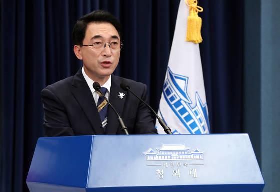 박수현 청와대 대변인이 21일 춘추관에서 국가재정 전략회의 이틀째 브리핑을 하고 있다. 청와대사진기자단