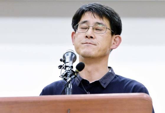 김학철 도의원이 충북도청에서 열린 기자회견에서 기자들의 질문에 답하다 눈을 감고있다. 프리랜서 김성태