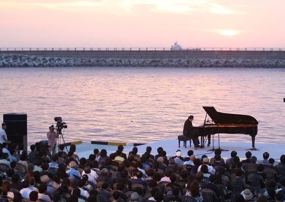 백건우는 세월호 참사 100일 째 되는 날 제주항에서 추모 독주회를 열었다.[사진 중앙일보]
