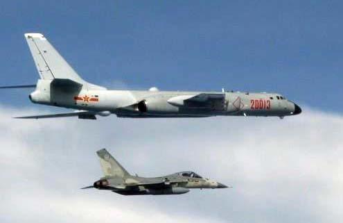 중국 인민해방군 H(훙)-6 전략폭격기(사진 위쪽)를 대만 전투기가 출동해 차단 작전을 하고 있다. [대만 자유시보 캡처=연합뉴스]