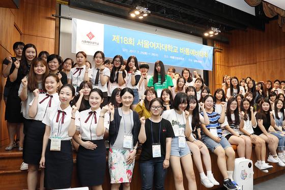 서울여자대학교가 25일부터 26일까지 이틀간 서울 노원구 교내 바롬인성교육관에서 여고생 159명을 대상으로 '제18회 바롬예비대학'을 연다. 사진은 25일 오전 10시에 개최된 입학식 모습.