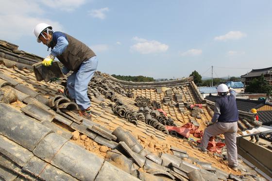 지난해 9월 12일 규모 5.8의 강진이 발생한 경주 지역에서 복구작업이 진행되고 있다. [중앙포토]