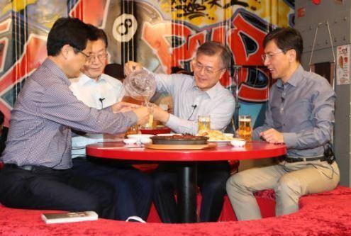 문재인 대통령(왼쪽 세번째)이 대선후보 시절이던 지난 4월 8일 오후 서울 마포구의 한 호프집에서 경선 경쟁자였던 안희정 충남지사(오른쪽)·이재명 성남시장(왼쪽 둘째)·최성 고양시장(왼쪽)과 호프타임을 가지고 있다. 신인섭 기자