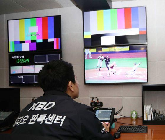 서울 상암동에 있는 KBO 비디오 판독 센터에서각 구장 영상을 보고 있는 판독 요원. [중앙포토]